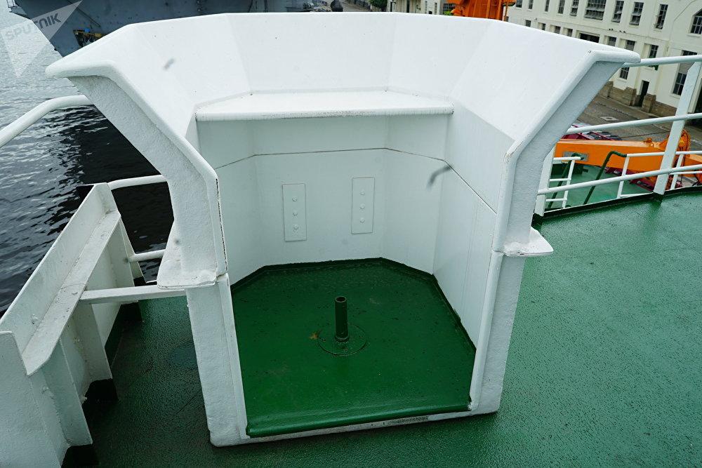 Instalação do navio polar Almirante Maximiano utilizada por cientistas para observar baleias no oceano