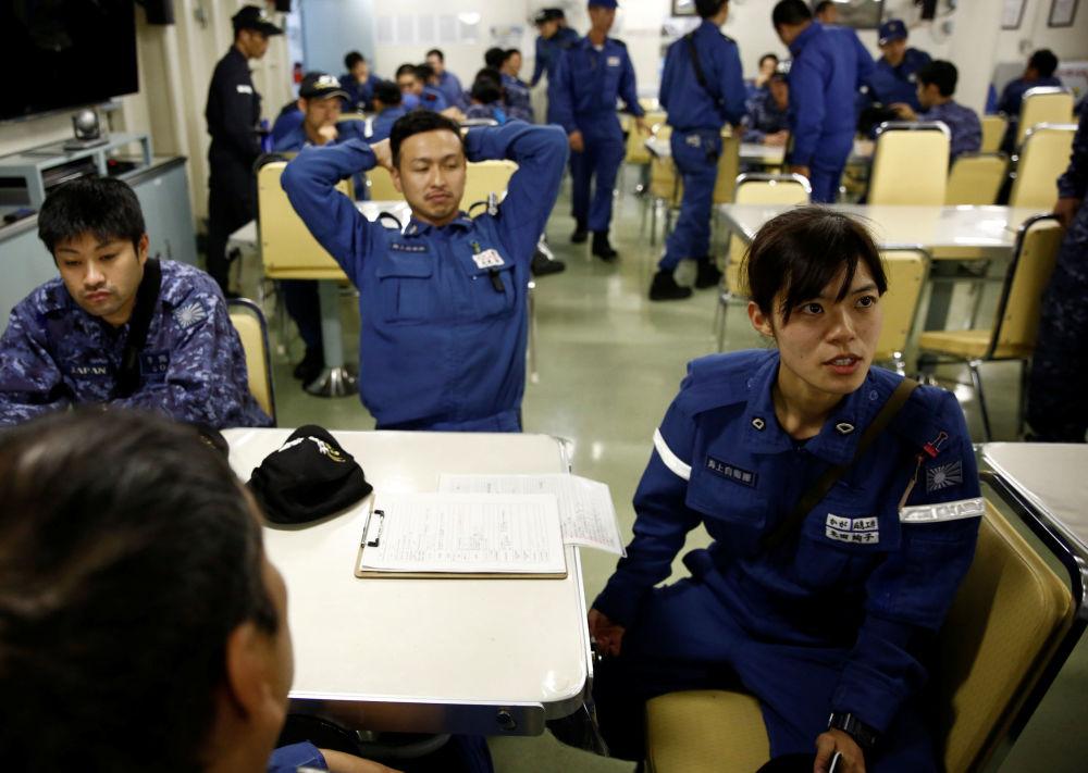 Ayako Yoneda, membro da equipe de controle de danos participa do briefing a bordo do navio japonês Kaga