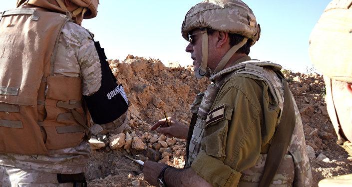 Augusto Ferrer-Dalmau quer contar a verdade que viu com seus próprios olhos na Síria. Na imagem, Ferrer-Dalmau se dirige a um militar russo