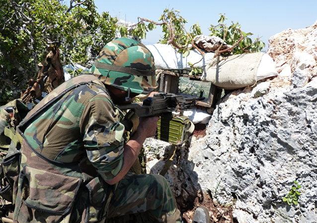 Soldado do Exército sírio protegendo o norte da província síria de Latakia