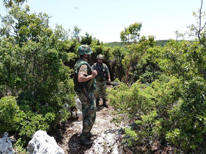 Soldados do Exército sírio entre os montes protegendo o norte da província síria de Latakia