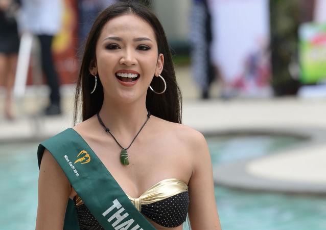 Candidata ao concurso de beleza Miss Terra 2018, Nirada Chetsadapriyakun da Tailândia, posa para fotos durante apresentação em Manila (Filipinas), em 11 de outubro de 2018