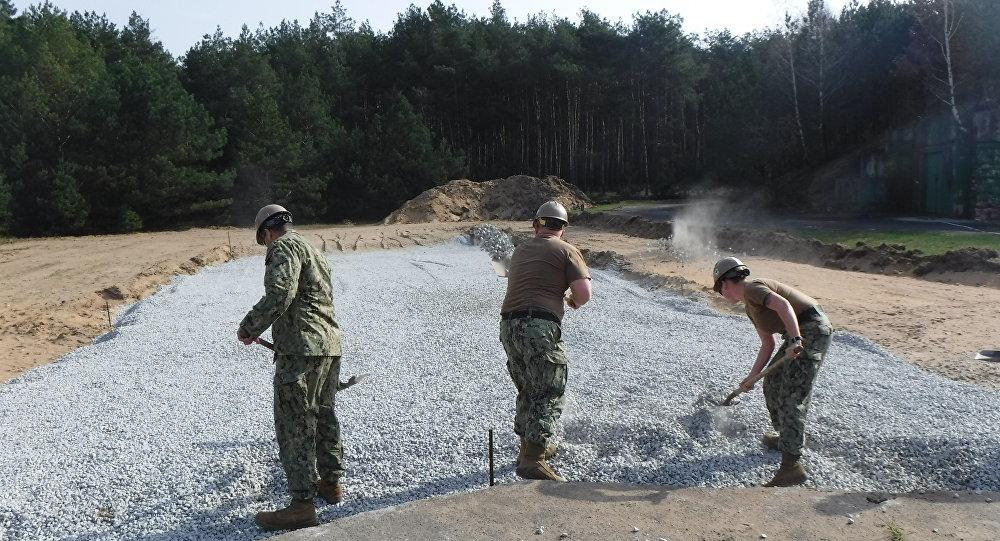 Soldados americanos trabalhando na construção da nova base na Polônia