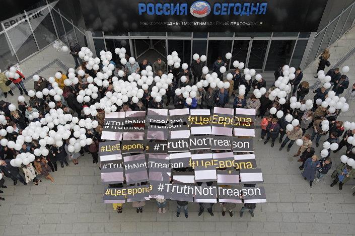 Jornalistas segurando o banner em preto e branco