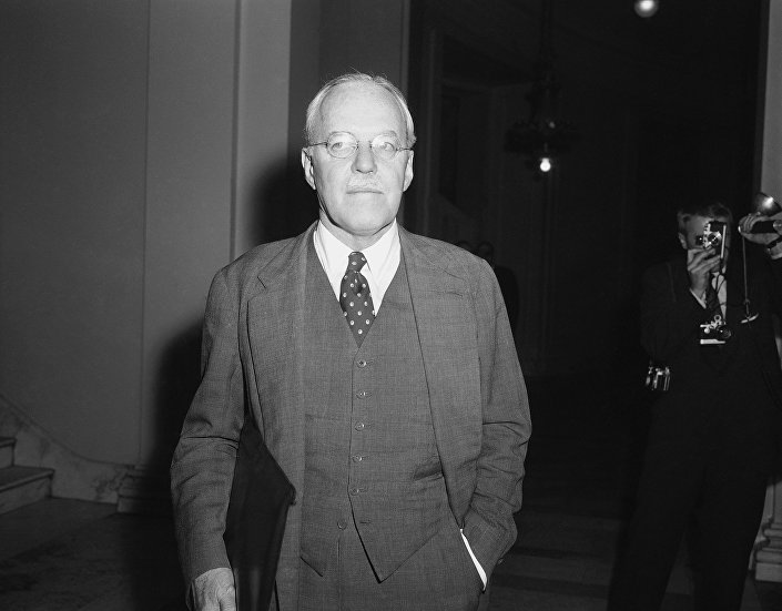 Allen Dulles, diretor da Agência Central de Inteligência, deixando a sala de audiências em 27 de novembro de 1957