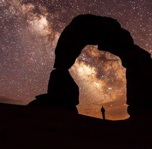 Via Láctea aparece no céu em cima do Arco Delicado, um dos símbolos do estado do Utah, nos EUA