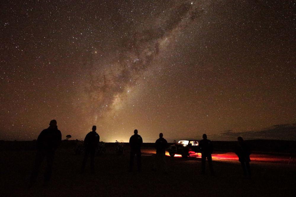 Turistas observam Via Láctea perto de Broken Hill, na Austrália