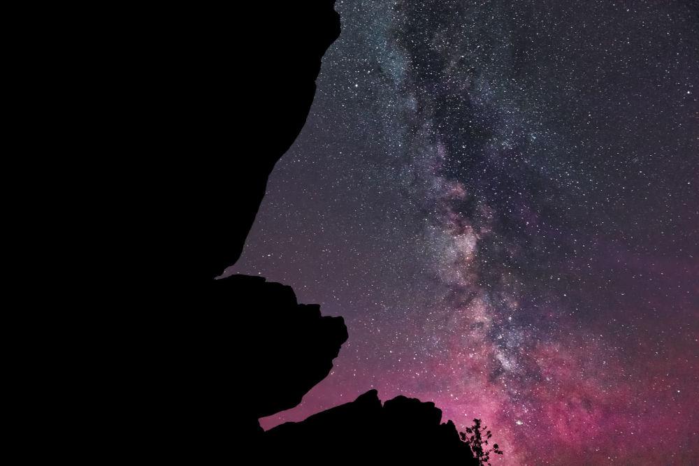 Via Láctea ilumina os céus em tons de rosa