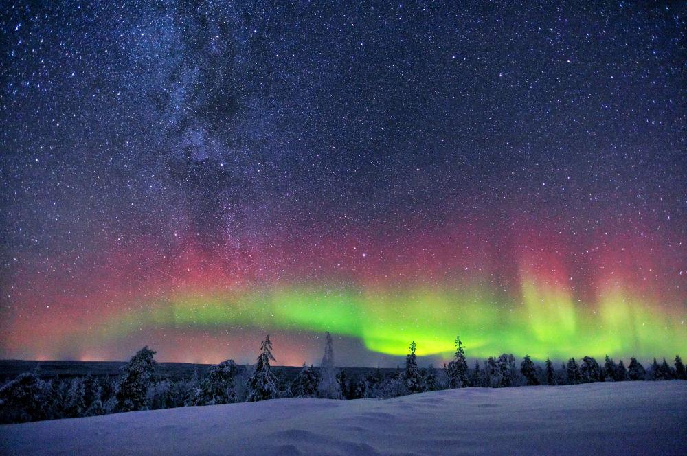 Aurora boreal e Via Láctea aparecem juntas nos céus da Finlândia