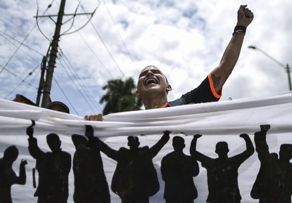 Estudante participa de uma marcha em apoio ao aumento do financiamento do ensino superior, na Colômbia