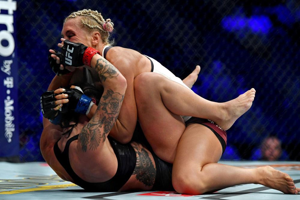 Luta entre a sueca Lina Lansberg (de luvas vermelhas) e a russa Yana Kunitskaya (de luvas azuis) durante o UFC 229, em Los Angeles