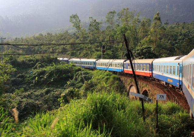 Trilho de trem que liga duas cidades do Vietnã, Hoi An e Hanói, apresentando uma paisagem bela e natural durante todo o caminho