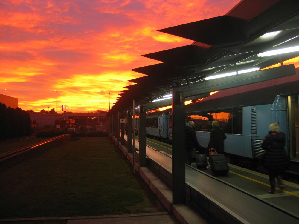 Estação ferroviária de Christchurch na Nova Zelândia, exibe pôr do sol explendido