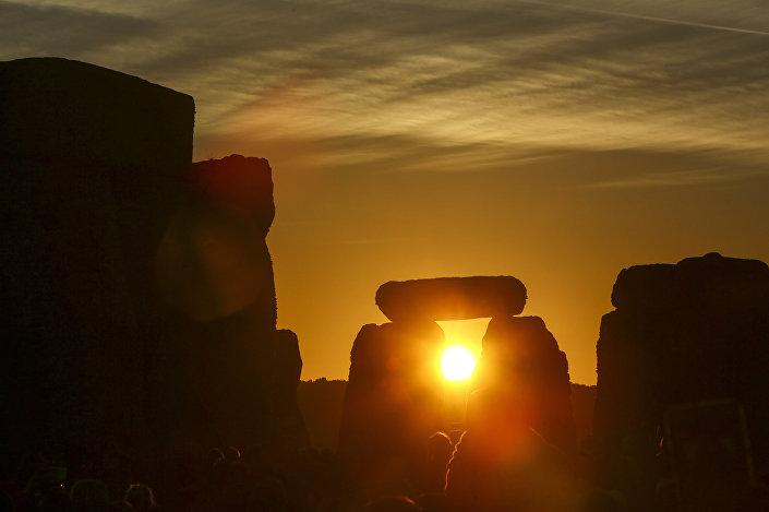 Solstício de verão visto através de pedras de Stonehenge