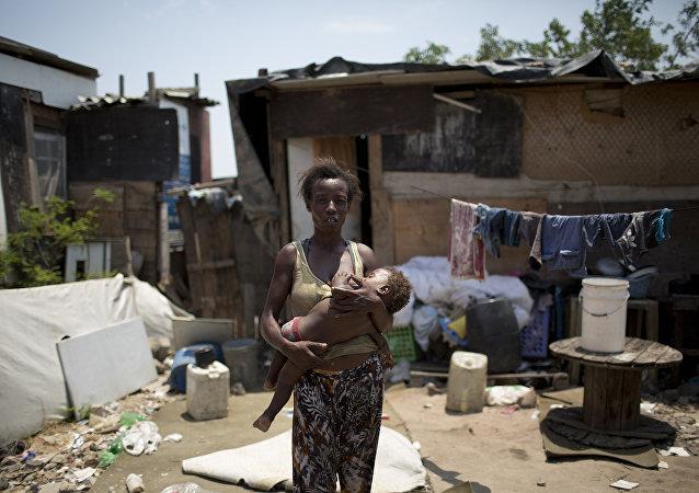 Mãe e filho em uma comunidade pobre e carente do Rio de Janeiro