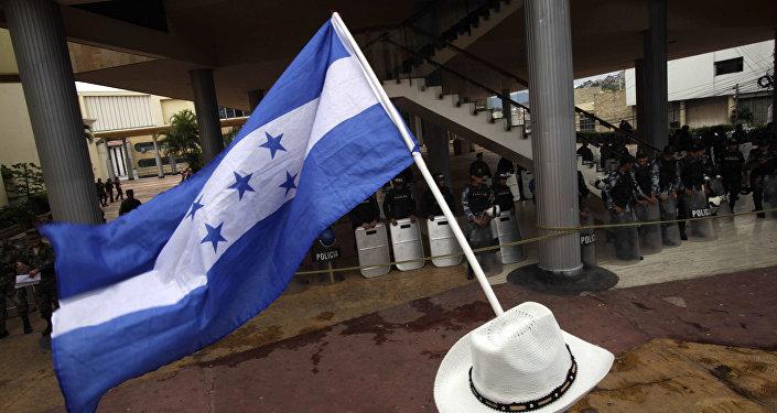 Homem ergue bandeira de Honduras durante protesto em Tegucigalpa, em 5 de novembro de 2009