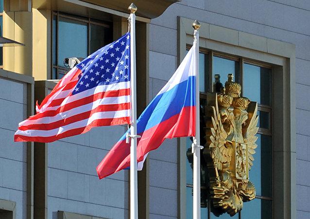 Esta foto tirada em 7 de maio de 2013 mostra bandeiras russas e americanas no Aeroporto de Moscou Vnukovo
