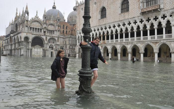 Crianças na Praça de São Marcos afundada em Veneza