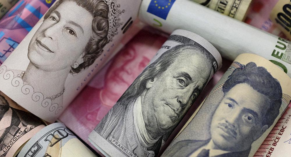 Notas de euro, dólares americanos e de Hong Kong, libras e yuan chinês