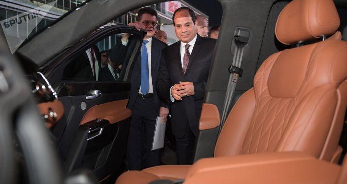 O presidente egípcio Abdel Fattah al-Sisi examina o salão do carro Aurus