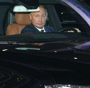 O presidente da Rússia, Vladimir Putin e seu homólogo egípcio, Abdel Fattah al-Sisi, no carro Aurus na pista de Fórmula 1 da cidade russa de Sochi