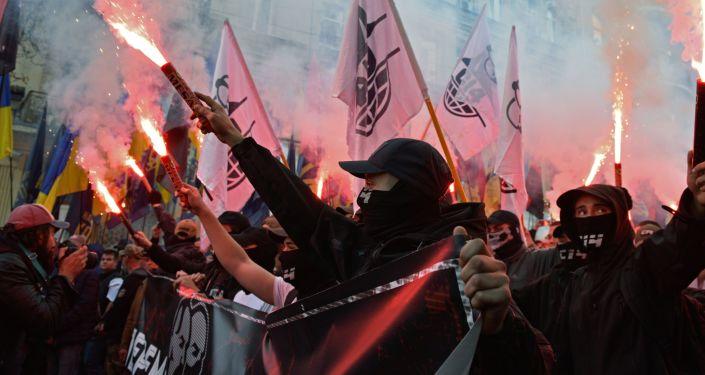Participantes de marcha nacionalista dedicada ao 76º aniversário do Exército Insurgente da Ucrânia (organização extremista proibida na Rússia) em Kiev (foto de arquivo)