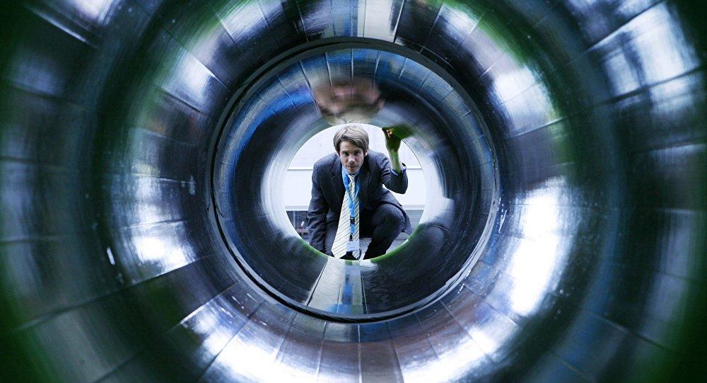 Homem observa tubo de gás que faz parte do projeto Nord Stream