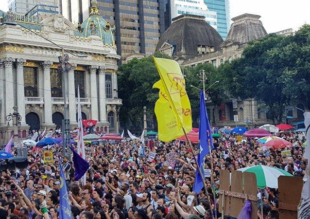 Manifestação de mulheres contra Bolsonaro na Cinelândia, centro do Rio de Janeiro.