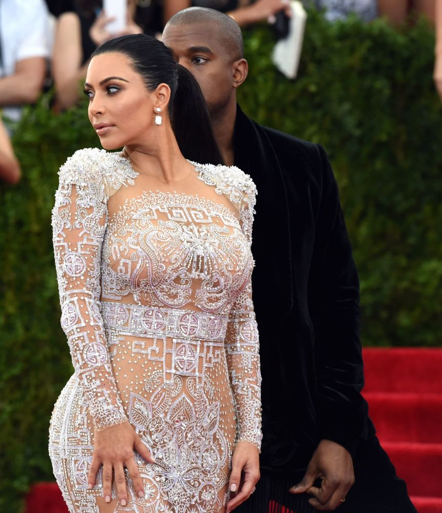 Kim Kardashian e Kanye West chegam ao baile anual do Instituto do Vestuário do Museu Metropolitan, em Nova York, em 4 de maio de 2015