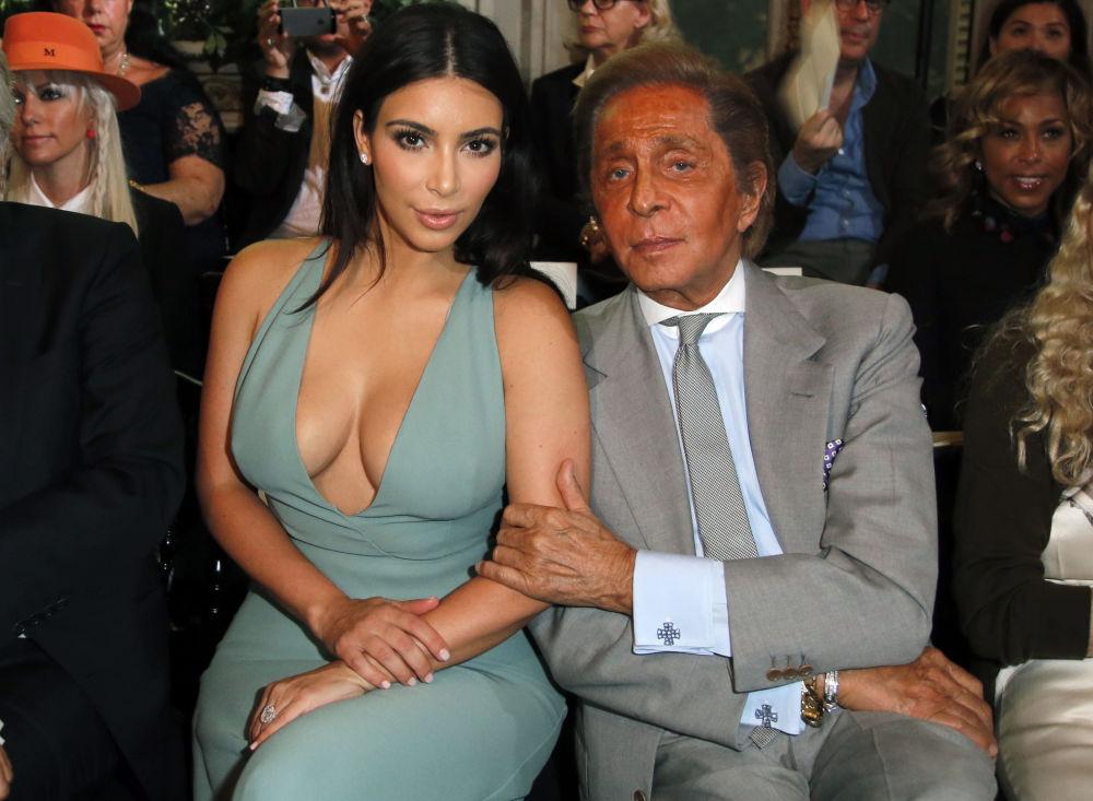 Kim Kardashian e designer de moda Valentino posam para fotógrafos antes da apresentação de novas peças em Paris, em 9 de julho de 2014
