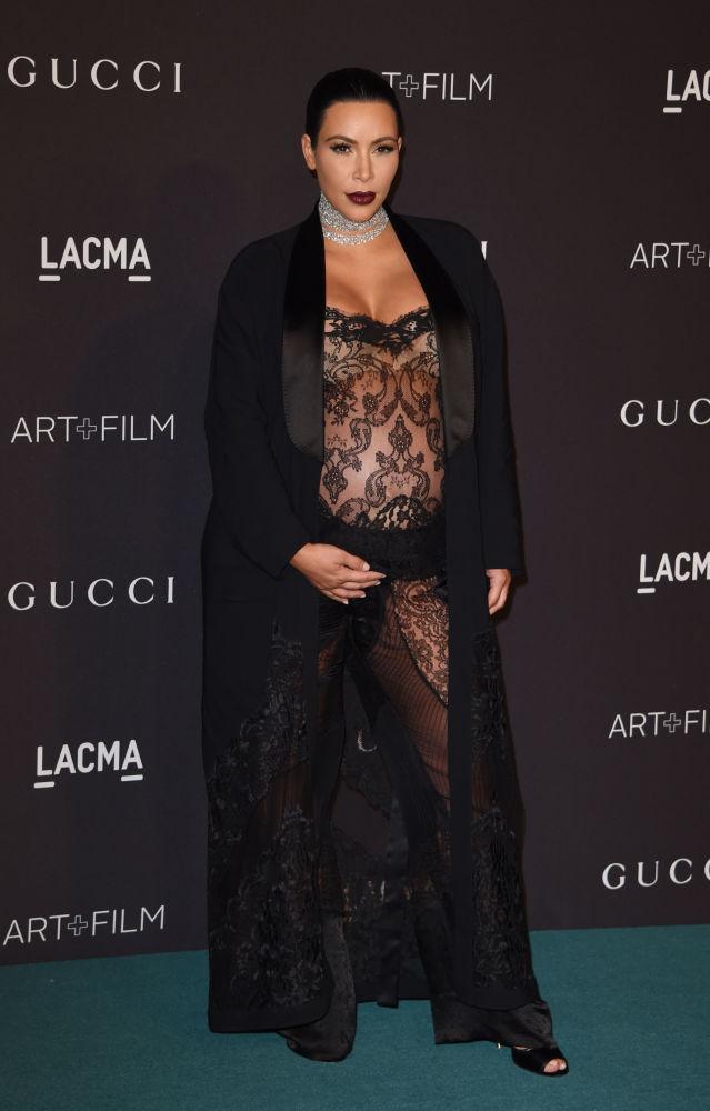 Kim Kardashian posa para fotos durante uma noite gala do festival LACMA Art+Film, em Los Angeles, em 7 de novembro de 2015