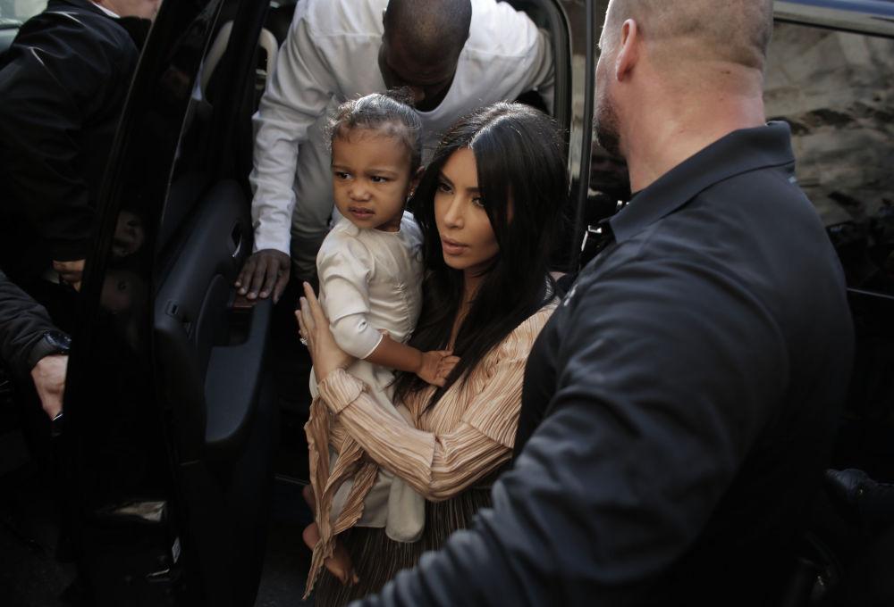 Kim Kardashian junto com sua filha North West durante seu batismo em Jerusalém, em 13 de abril de 2015