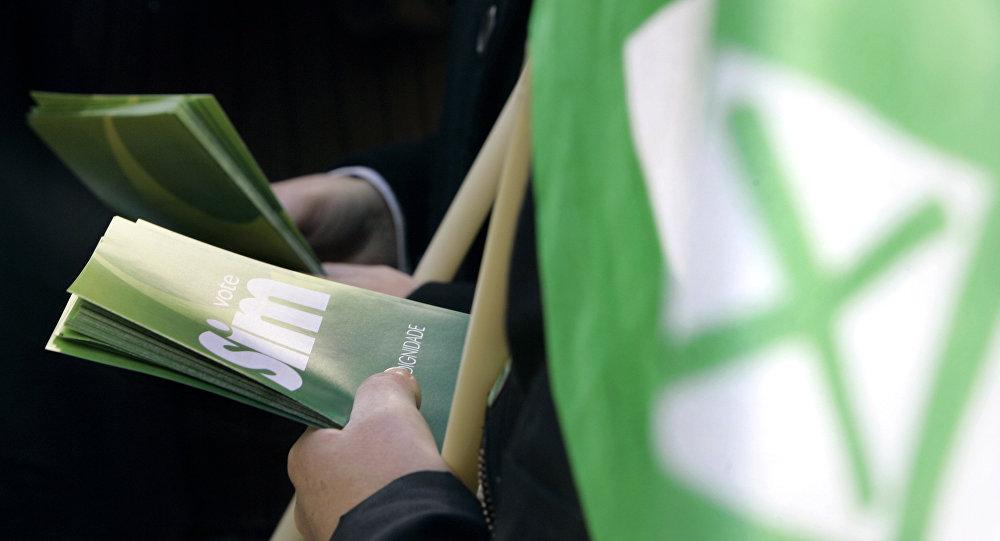 Panfletos distribuídos em Lisboa nas vésperas do referendo nacional sobre legalização de aborto, em 2007 (foto de arquivo)