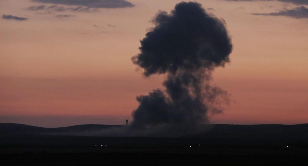 Fumaça subindo após ataques aéreos da coalizão dos EUA na Síria (foto de arquivo)