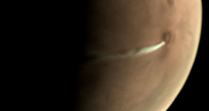 A evolução da curiosa formação de nuvens é observada pela sonda Mars Express desde 13 de setembro de 2018, aparecendo regularmente na proximidade do vulcão Arsia Mons