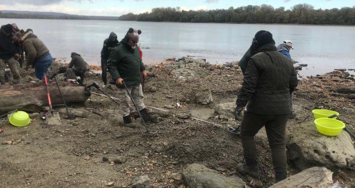 Arqueólogos resgatando moedas de ouro e objetos históricos no rio Danúbio, Hungria