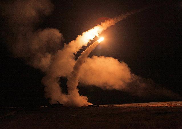 Complexos S-400 Triumph lançam mísseis durante treinamentos da Força Aeroespacial da Rússia