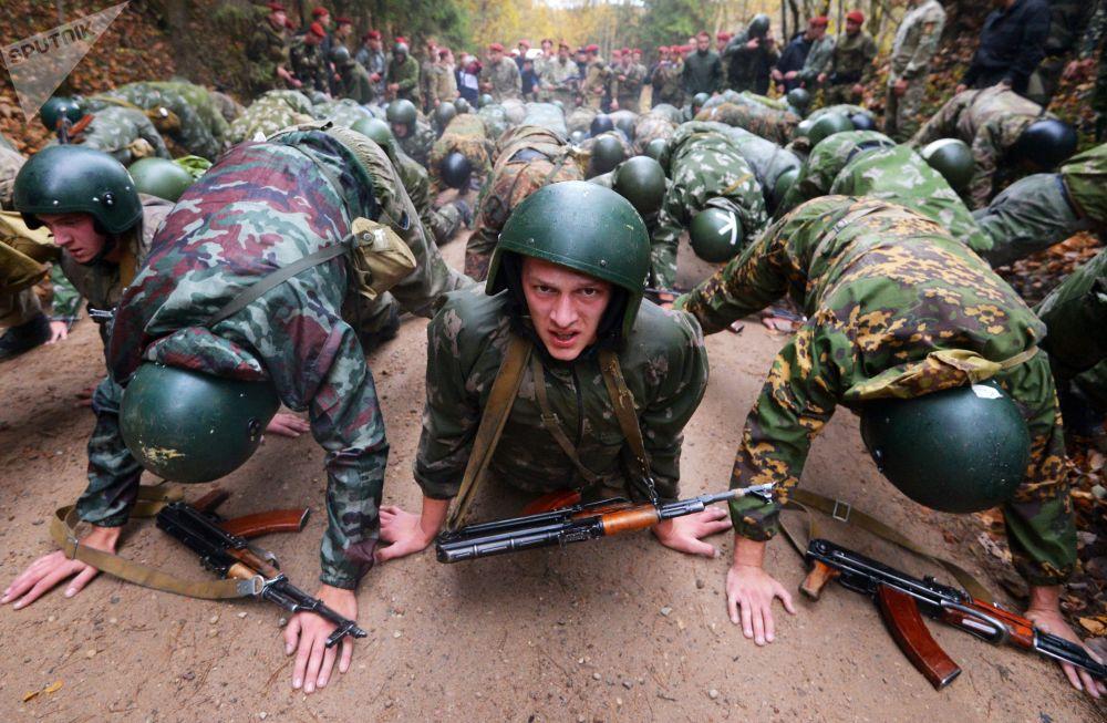 Soldados das forças especiais da Bielorrússia passando por testes para poder usar a boina vermelha, a mais alta insígnia dos militares deste tipo de tropas