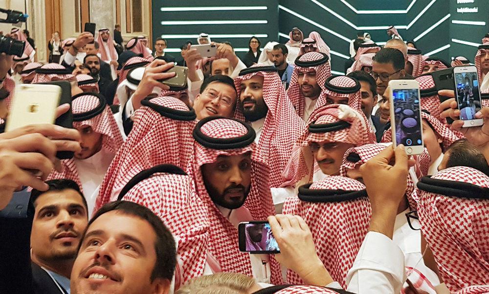 Príncipe herdeiro saudita Mohammad bin Salman tirando selfie durante uma conferência sobre investimentos, em Riad, Arábia Saudita
