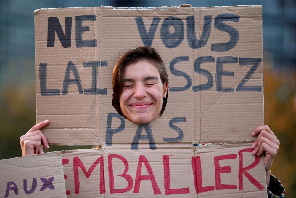 Participante de protestos contra a utilização do plástico em frente do prédio do Parlamento Europeu em Estrasburgo, Alemanha