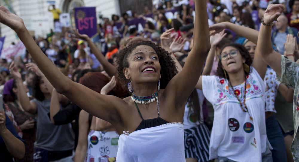Mulheres dançando durante manifestações no Rio de apoio ao presidenciável do PT, Fernando Haddad