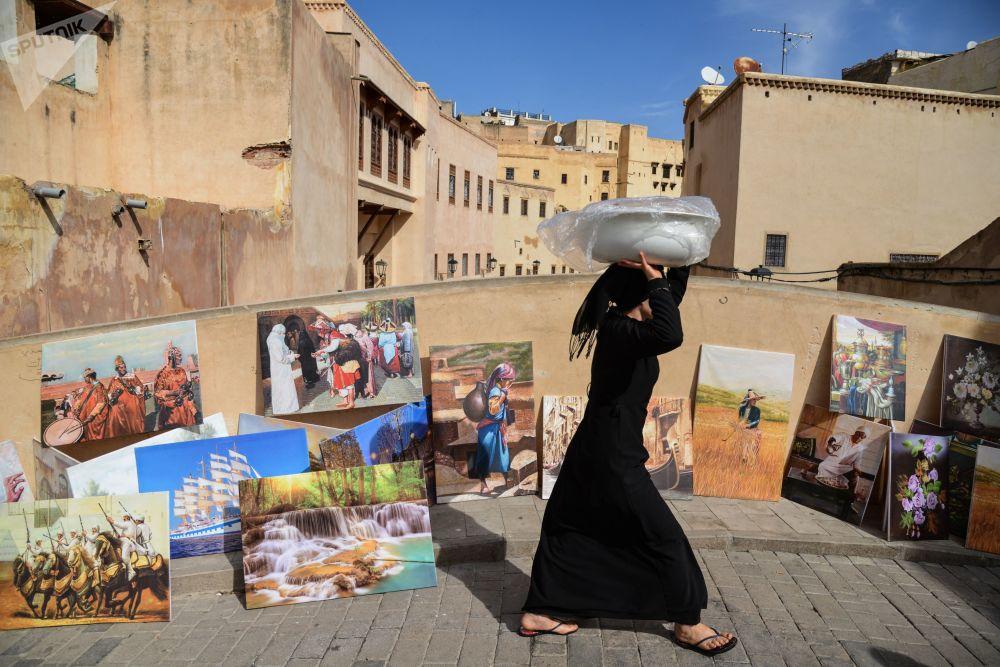 Mulher caminhando por ponte, Marrocos
