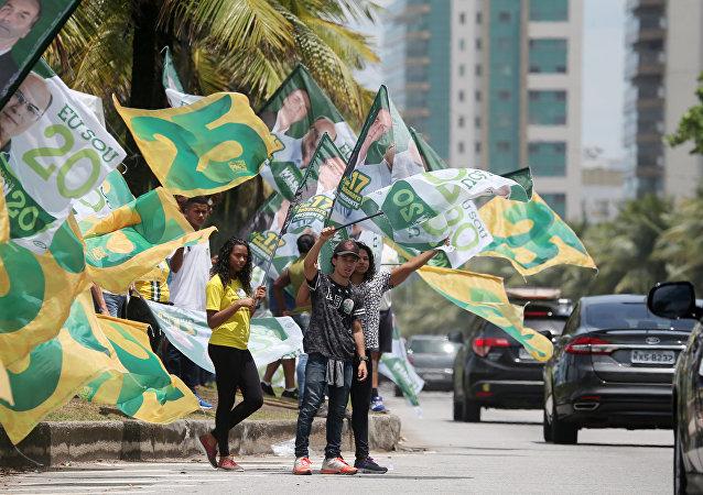 Simpatizantes de Bolsonaro se reúnem em frente do seu condomínio na Barra da Tijuca, em 27 de outubro de 2018