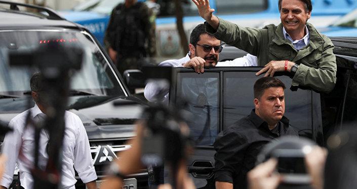 Jair Bolsonaro entra no carro após votar no RJ, em 28 de outubro de 2018