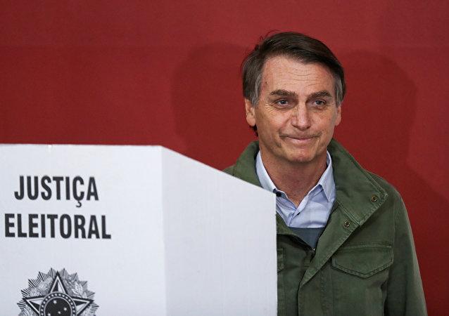 Jair Bolsonaro coloca seu voto no segundo turno das presidenciais no Brasil, em 28 de outubro de 2018