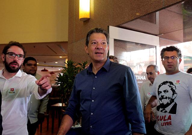 Fernando Haddad deixa o hotel em SP, onde está hospedado, para colocar seu voto, em 28 de outubro de 2018