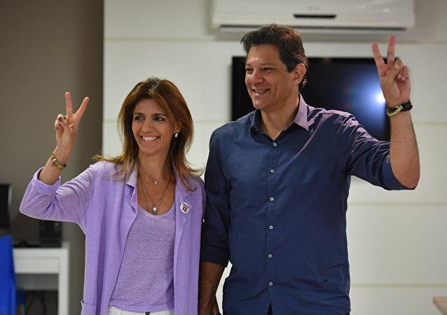 Fernando Haddad coloca seu voto junto com a esposa, Ana Estela Haddad, em 28 de outubro de 2018