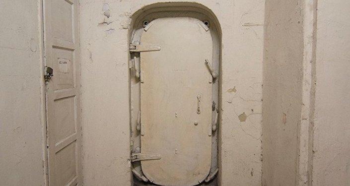 A porta de um dos bunkers em Atenas
