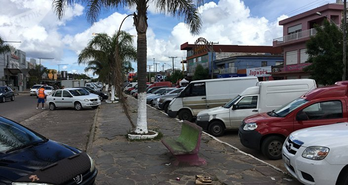 Avenida que separa Brasil do Uruguai.