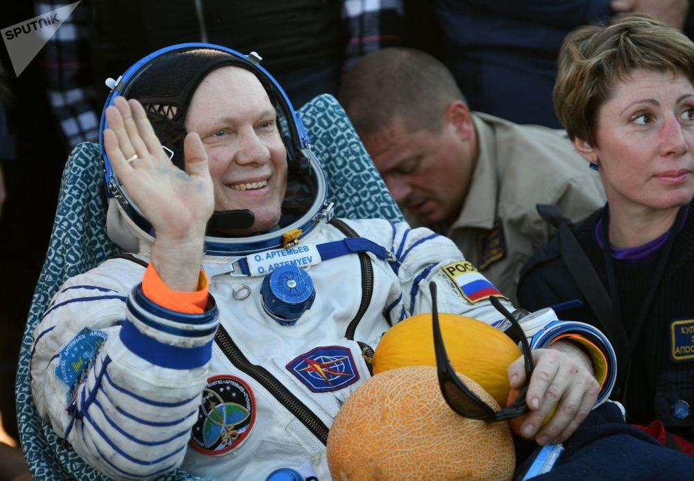 Cosmonauta russo Oleg Artemiev após a aterrissagem da nave espacial  Soyuz MS-08, em 4 de outubro de 2018